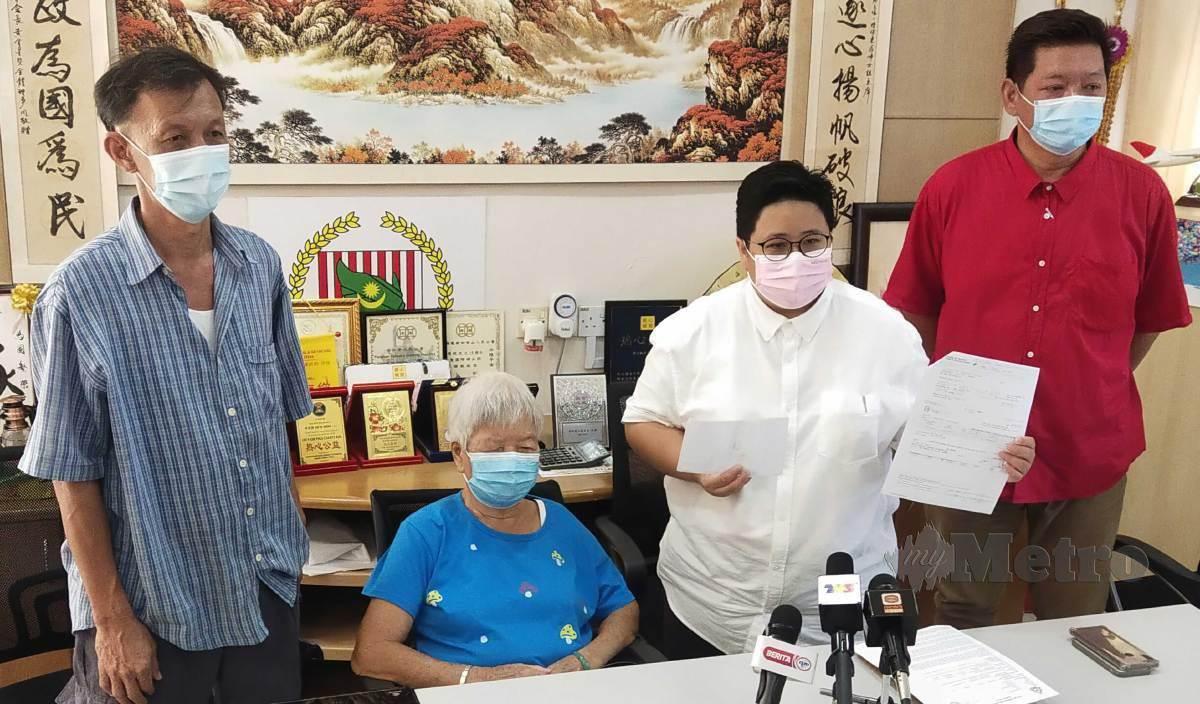 KATHLEEN Wong Mei Yin (dua dari kanan) menunjukkan salinan dokumen sijil simpanan tetap milik wanita warga emas Ng Kam Moi (dua dari kiri) yang kerugian lebih RM77,000 selepas diperdaya seorang lelaki yang mendakwa sebagai ejen jualan dan selenggaraan mesin penapis air. FOTO Muhammad Zulsyamini Sufian Suri
