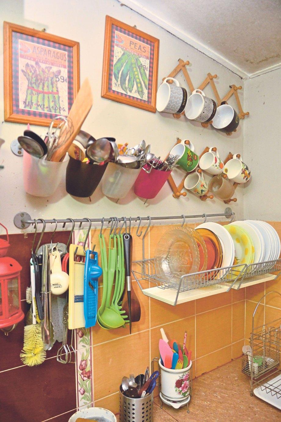 PERALATAN dapur, bekas makanan dan dinding dihias kemas dan menarik
