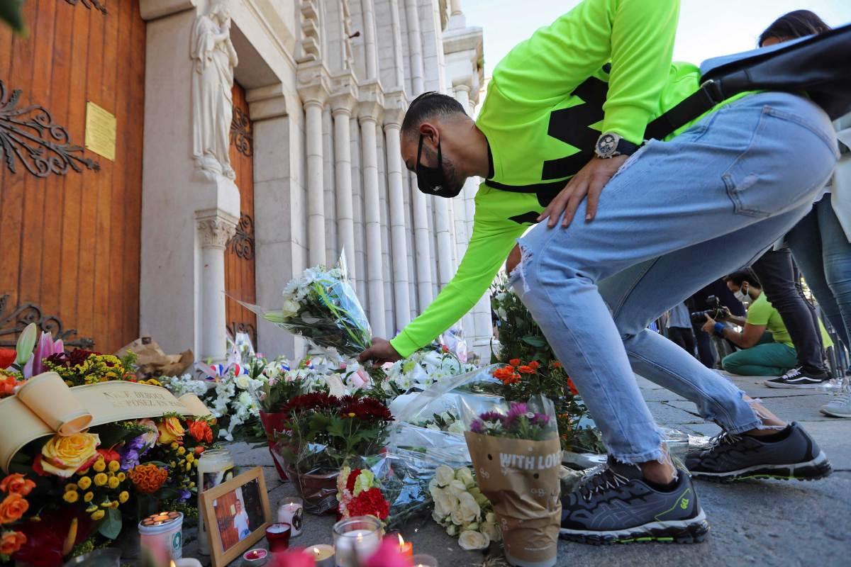 SEORANG lelaki meletakkan bunga untuk memperingati pembunuhan tiga individu di Notre-Dame de l'Assomption Basilica, Nice, Perancis. FOTO AFP