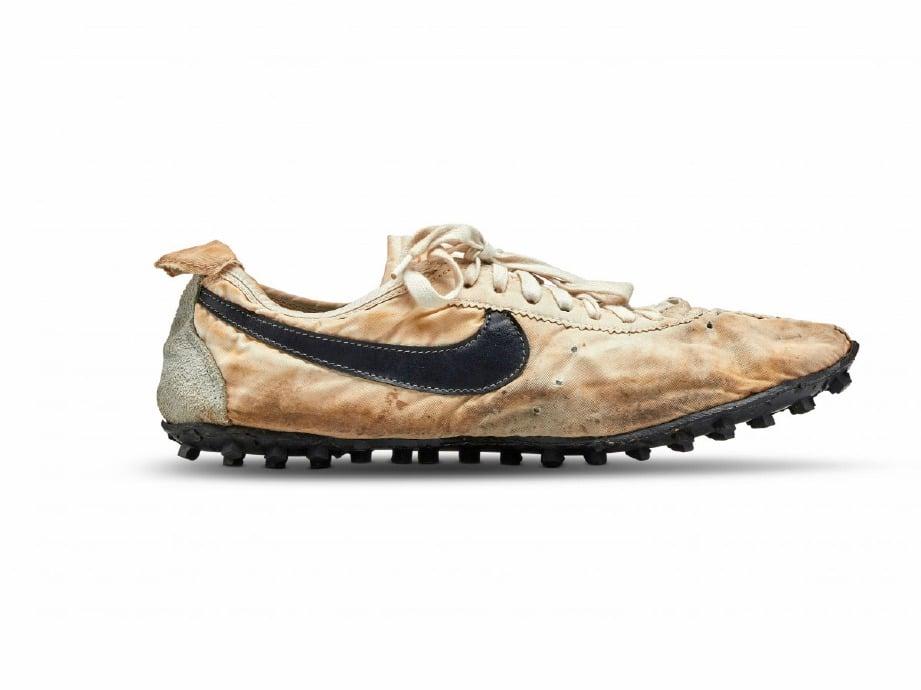 SEPASANG kasut sniker Nike yang dikeluarkan pada 1972, 'Moon Shoe' dijual kepada seorang pengumpul tegar pada harga AS$437,500 (RM1.8 juta). FOTO Agensi