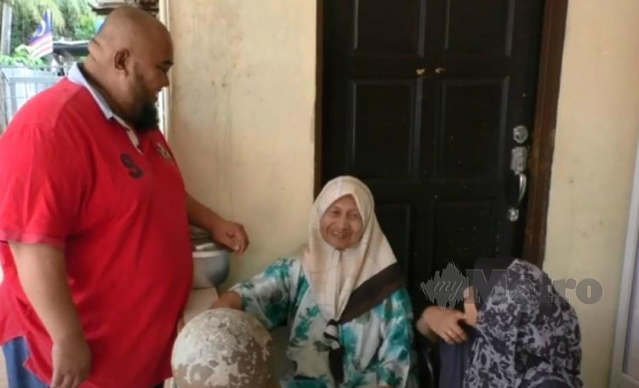 NIK Mohd Yusoff (kiri) bersama isteri dan ibu mentuanya. FOTO Rohanis Shukri