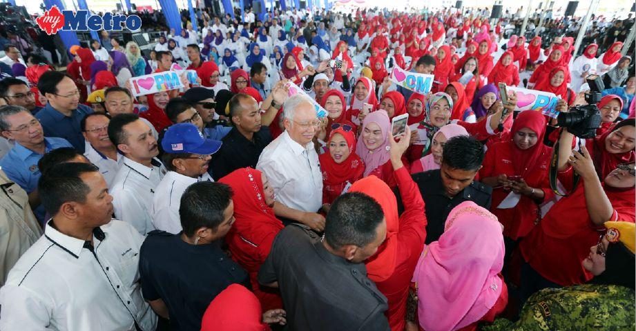 Perdana Menteri, Datuk Seri Najib Razak, beramah mesra dengan orang ramai ketika melancarkan projek Lebuhraya Pan Borneo Sabah bagi jajaran Jalan Pintas Lahad Datu di Sekolah Menengah Kebangsaan (SMK) Sepagaya, di sini, hari ini. FOTO Malai Rosmah Tuah