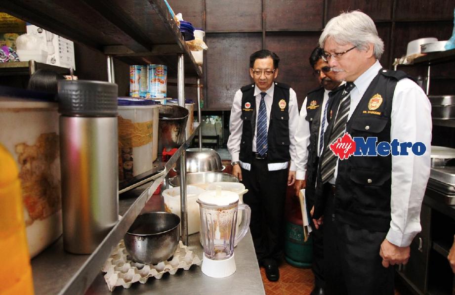 Pengarah Jabatan Kesihatan Negeri Sembilan Dr Zainudin Mohd Ali Memeriksa Kebersihan Dapur Sebuah Restoran Foto Bernama