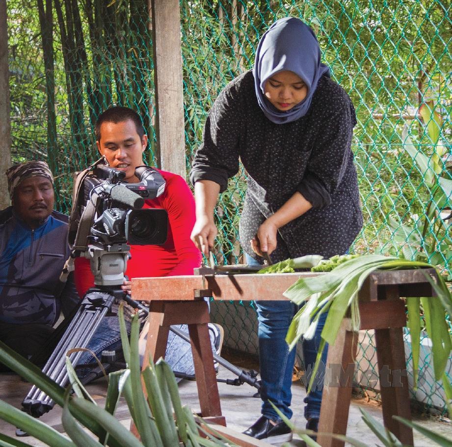 ASNA Nabihah menunjukkan cara memproses daun nanas untuk menjadi serat benang.