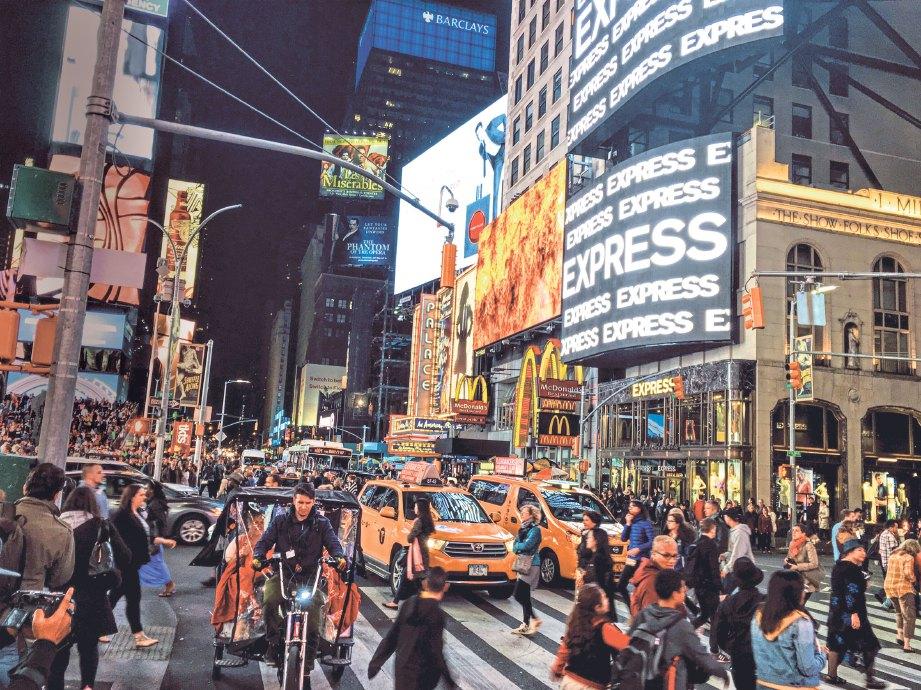 KEADAAN sibuk dan meriah di Times Square.