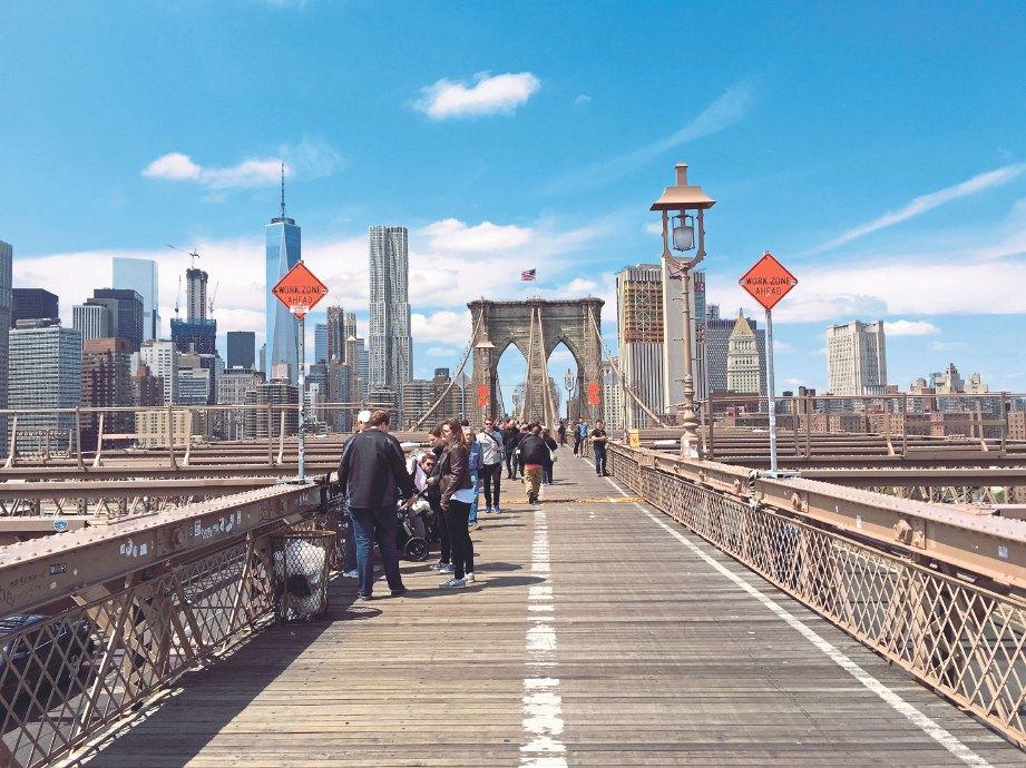 TERSERGAM gah bangunan pencakar langit di Manhattan dari atas Jambatan Brooklyn.