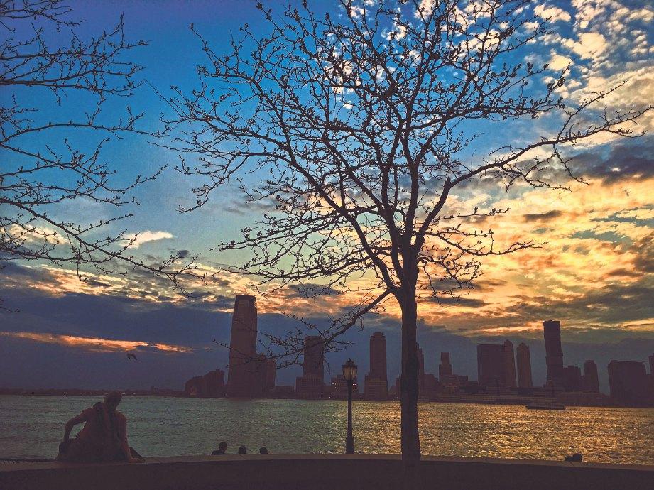 PEMANDANGAN senja di satu lokasi di Manhattan menampakkan Brooklyn dari jauh.