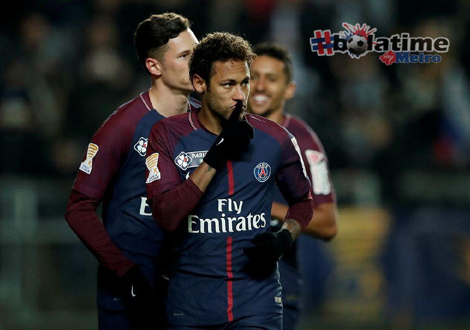 NEYMAR meraikan kejayaannya meledakkan gol pertama selepas menyempurnakan sepakan penalti. Foto Reuters