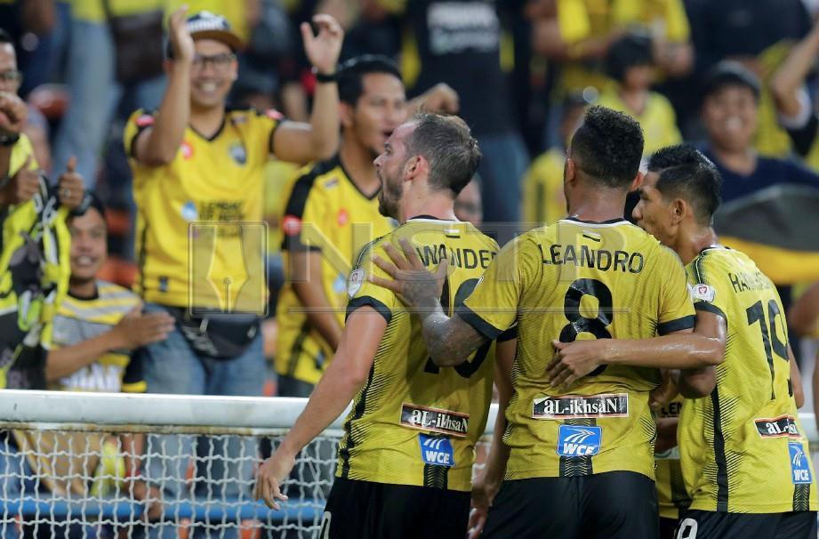 PEMAIN Perak, Wander Luiz (tiga kanan) meraikan gol kedua ketika menentang PKNS FC pada perlawanan suku akhir kedua Piala Malaysia 2018 di Stadium Shah Alam. FOTO Luqman Hakim Zubir