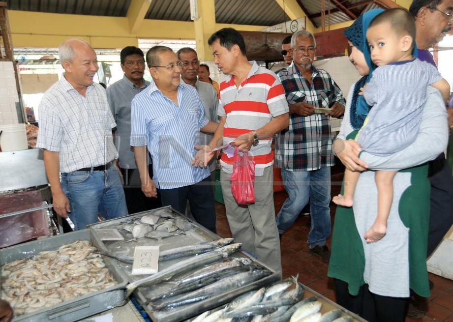 ISA beramah mesra dengan penduduk di Pasar Lukut. FOTO Hasriyasyah Sabudin