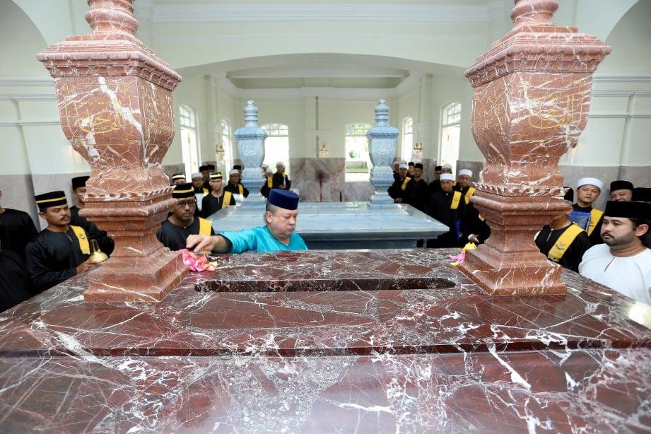 SULTAN Ibrahim menabur bunga mawar ke atas makam Almarhum Sultan Iskandar. FOTO Ihsan Royal Press Office