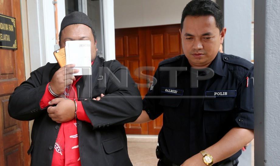 GURU (kiri) didakwa di Mahkamah Sesyen atas pertuduhan mencabul murid perempuan. FOTO Zaman Huri Isa