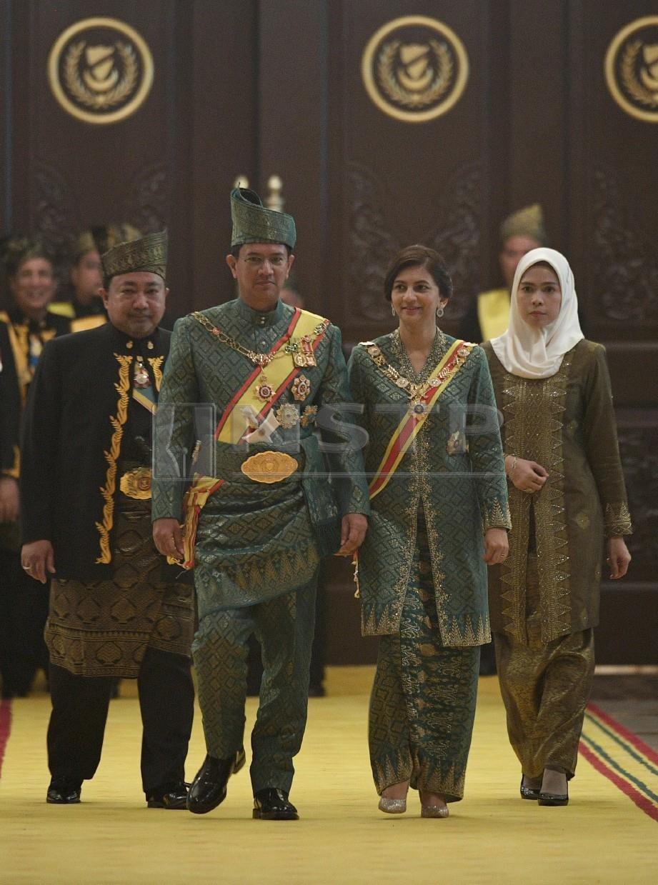 TENGKU Sarafudin Badlishah dan isteri, Che Puan Muda Zaheeda diiringi oleh PengawaI Kewangan Negeri Kedah, Datuk Ammar Shaikh Mahmood Naim dan isteri, Datin Hariyanti Amit di Istana Anak Bukit, hari ini. FOTO Bernama