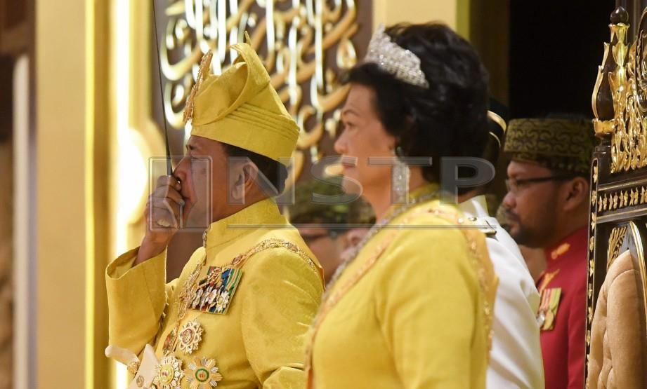 SULTAN Sallehuddin (kiri) berkenan mencium Keris Perkasa Alam sempena Istiadat Pertabalan Kebawah Duli Yang Maha Mulia (KDYMM) Tuanku Sultan Kedah Ke-29 di Balairung Seri, Istana Anak Bukit. Turut sama berangkat Sultanah Maliha. FOTO Bernama