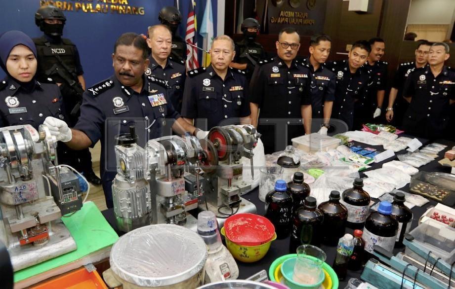 A Thaiveegan (dua kiri) bersama pegawainya menunjukkan rampasan dadah bernilai RM534,000 ketika sidang media. FOTO Mikail Ong