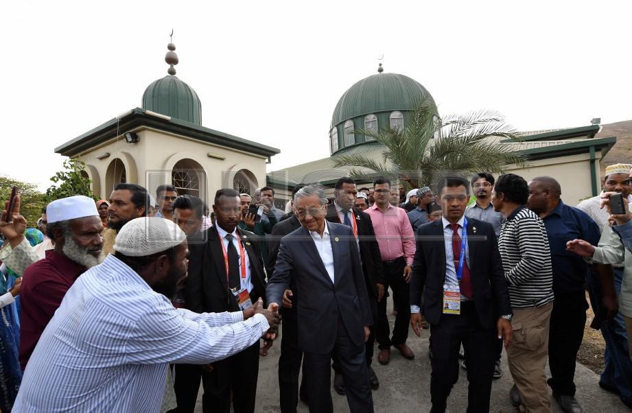 DR Mahathir bersalaman dengan komuniti Islam yang hadir ketika melawat Masjid Hohola selepas menghadiri mesyuarat APEC 2018. FOTO Bernama