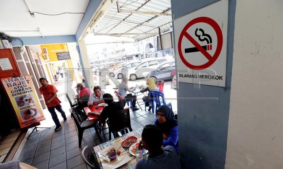 PAPAN tanda larangan merokok terpampang pada dinding kedai makan di Melaka Raya. Larangan merokok akan dikuatkuasa bermula 1 Januari 2019 di semua restoran dan premis makanan di seluruh negara. FOTO Khairunisah Lokman