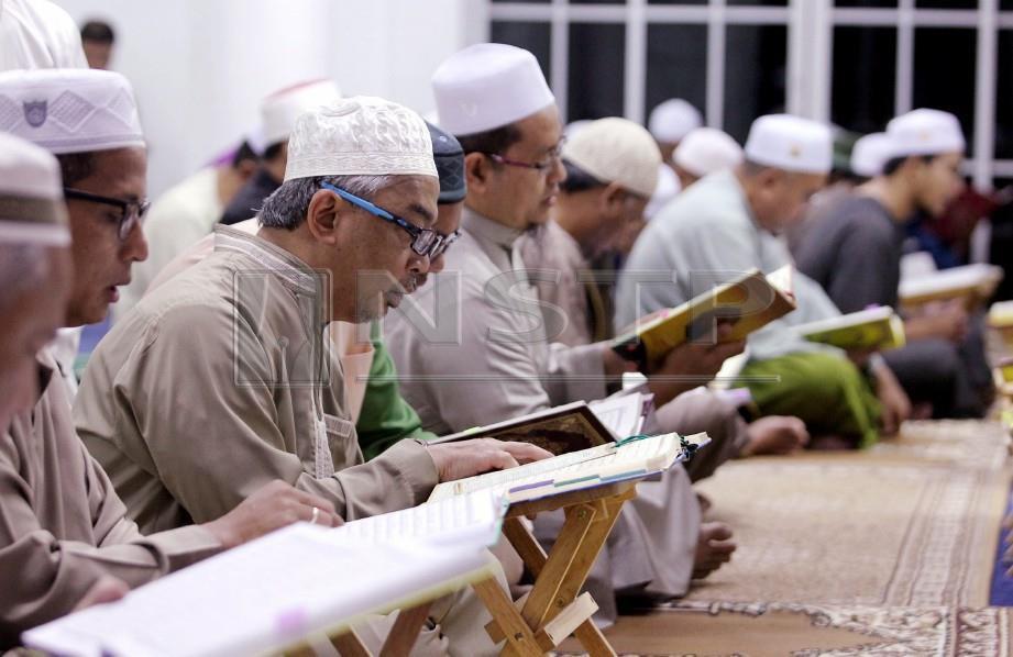 SULTAN Abdullah bersama jemaah selepas menunaikan solat subuh di Masjid Ash Shafie, Kotasas. FOTO Muhd Asyraf Sawal