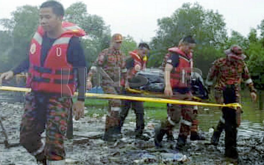 Anggota bomba mengangkat kanak-kanak yang ditemui lemas. FOTO Junaidi Ladjana