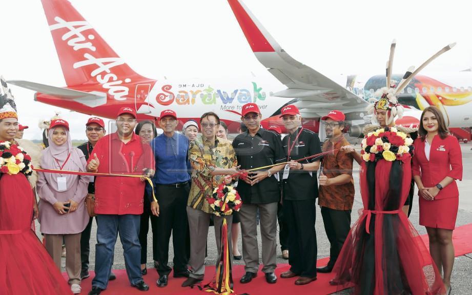 KETUA Menteri Datuk Patinggi Abang Johari Abang Openg (tengah) merasmikan 'Air Asia Sarawak Campaign Livery' di Kuching International Airport. FOTO Nadim Bokhari