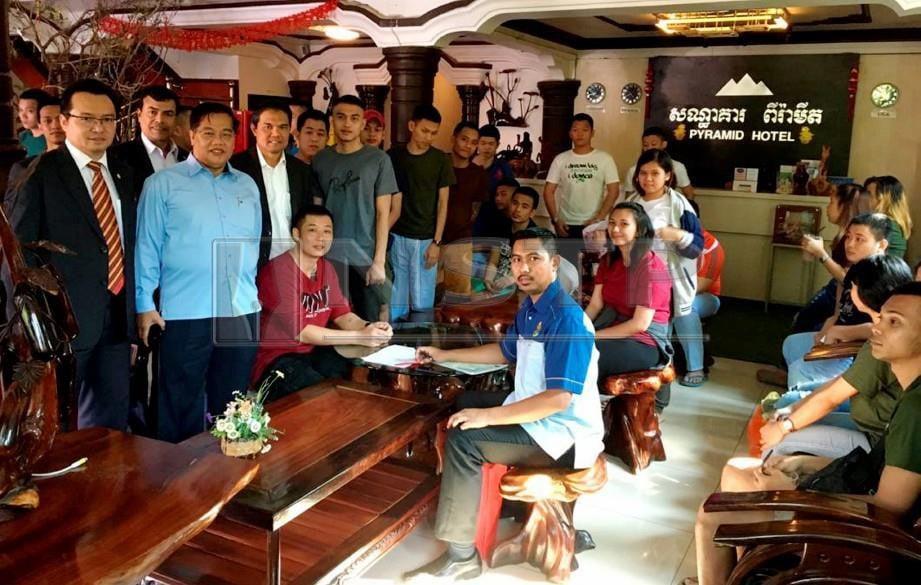 Rakyat Malaysia mendapat bantuan Kementerian Luar untuk proses dokumentasi di sebuah hotel di Kemboja.