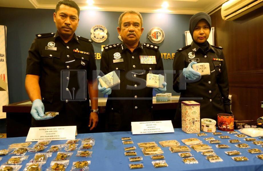 Noorzainy (tengah) menunjukkan dadah yang
