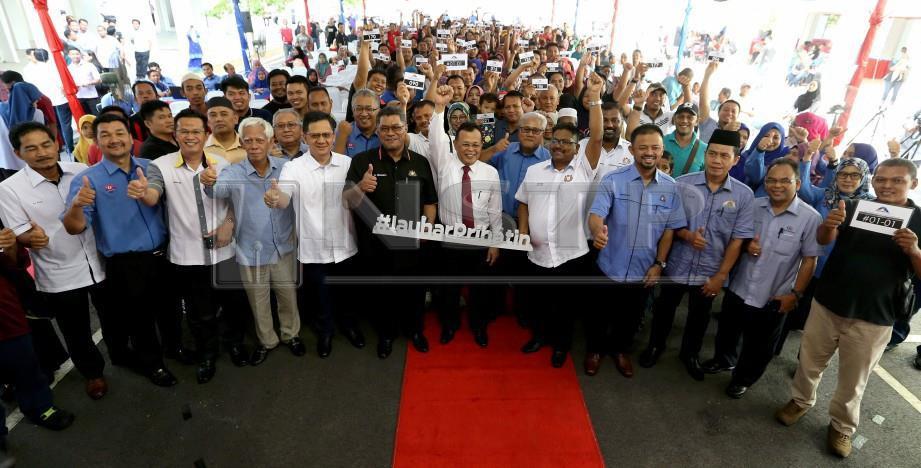 OSMAN (tengah) bergambar bersama pemilik terpilih. FOTO Mohd Azren Jamaludin