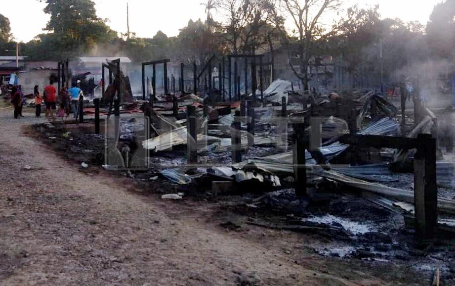 Kebakaran yang memusnahkan lima rumah, dua kedai runcit, sebuah gerai dan sebuah motosikal semalam. FOTO Ihsan Bomba