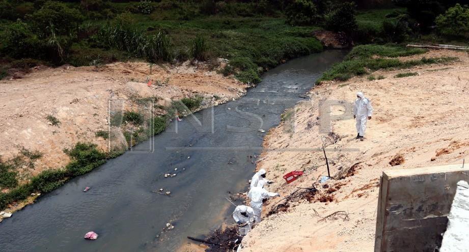 ANGGOTA Hazmat dan pegawai JAS mengambil sampel bahan kimia yang dibuang di Sungai Kim kim. FOTO Hairul Anuar Rahim