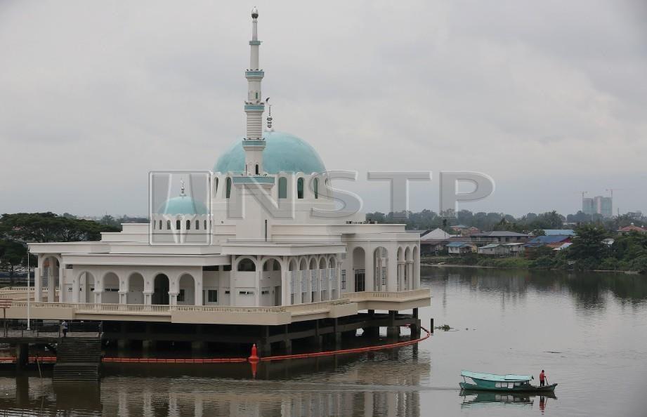 PEMANDANGAN Masjid Bandar Kuching India dikenali Masjid Terapung di Tebingan Sungai Kuching. FOTO Hazreen Mohamad