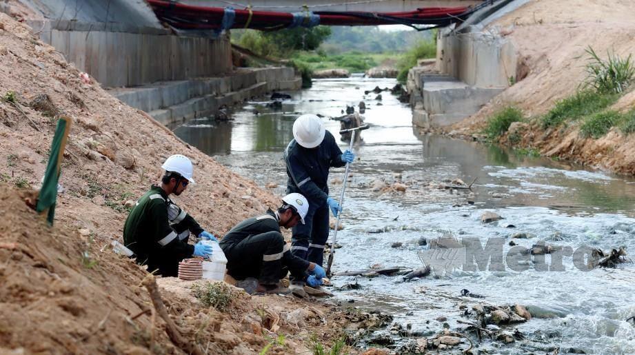 PETUGAS 5E Resources Sdn Bhd mengambil sampel tanah di Sungai Kim Kim yang disahkan selamat. FOTO Hairul Anuar Rahim.