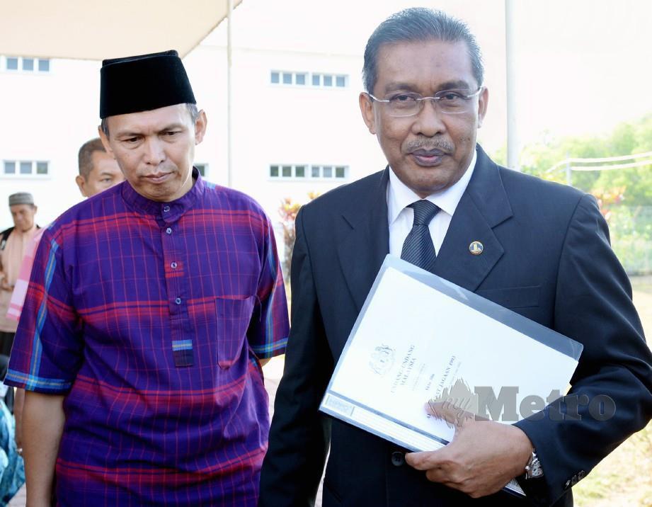 TERTUDUH (kiri) hadir bersama peguamnya Datuk Takiyuddin Hassan yang juga Setiausaha Agung PAS. FOTO Amran Hamid.