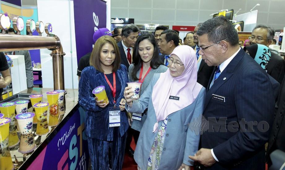 DR Wan Azizah dan Saifuddin Nasution melawat pameran pada FIM2019. FOTO Asyraf Hamzah