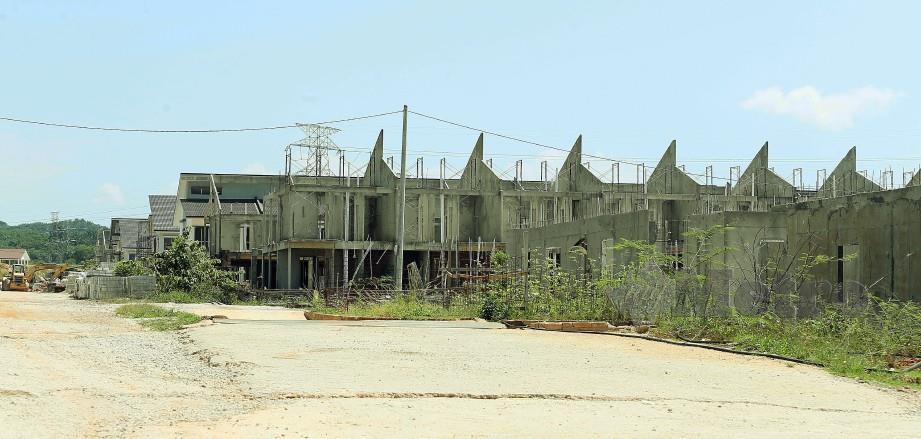Projek rumah PR1MA Bandar Ekar yang terbengkalai sejak tahun lalu. FOTO Saifullizan Tamadi