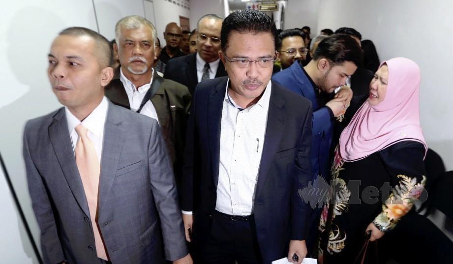 ABDUL Latif (tengah) bersama Ahmad Fauzan Hatim (kanan) dan Amir Shariffuddin (kiri) dilepas dan dibebaskan daripada 37 tuduhan rasuah di Mahkamah Sesyen Johor Bahru. FOTO Hairul Anuar Rahim