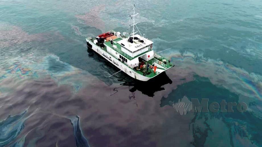 PASUKAN 'Oils Spill Response' Jabatan Laut Wilayah Selatan (Johor) menjejaki sisa tumpahan minyak menggunakan kapal Al Tair di perairan Tanjung Balau, Desaru, 24 April lalu. FOTO ihsan Jabatan Laut Johor