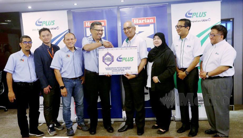 AZMAN (empat kanan) menyerahkan penajaan kepada Tuan Mohamad Asri (empat kiri) pada majlis serah penajaan TKHM Ramadan 2019 di Balai Berita Bangsar. FOTO Owee Ah Chun