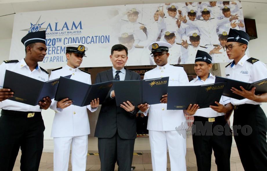 BAHARIN (tiga kiri) beramah mesra dengan graduan Akademi Laut Malaysia (ALAM) pada Majlis Konvokesyen ke-120. FOTO Khairunisah Lokman