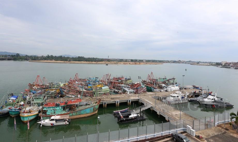 ANTARA bot nelayan asing ditahan di Jeti APMM Kuala Terengganu. FOTO Imran Makhzan.
