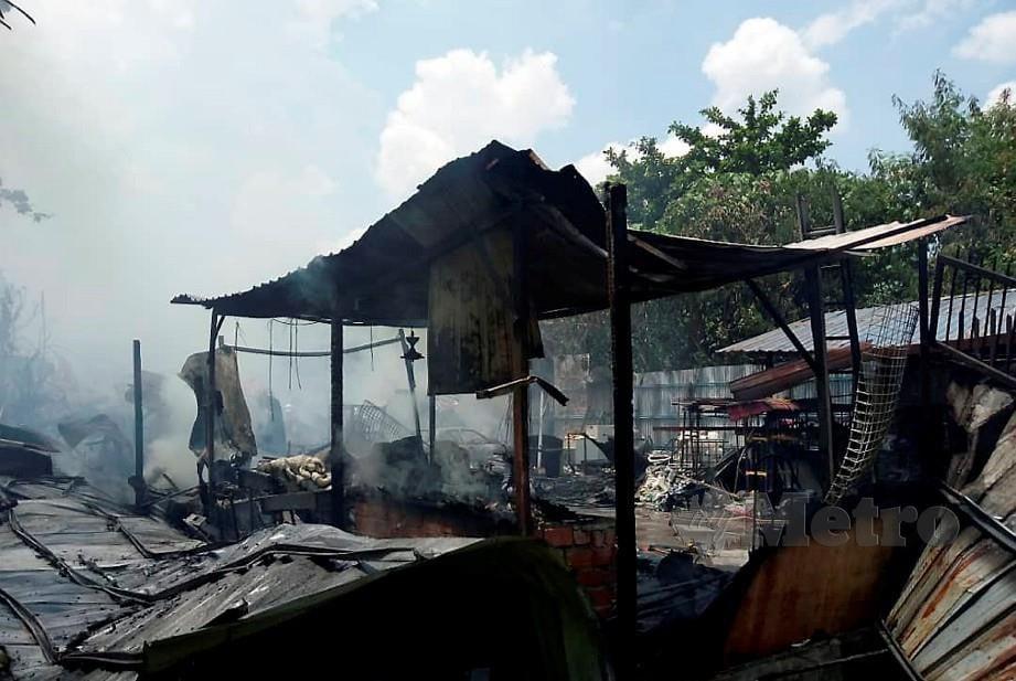 KEDAI besi buruk musnah dalam kebakaran. FOTO Ihsan Bomba.