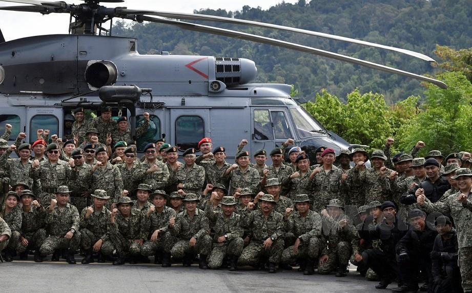 Ahmad Hasbullah (barisan tengah dua, kiri) bergambar bersama anggota Batalion Ke-2 Rejimen Askar Melayu Diraja (RAMD) dan seluruh warga Markas 2 Briged di Kem Sri Banding. FOTO Bernama