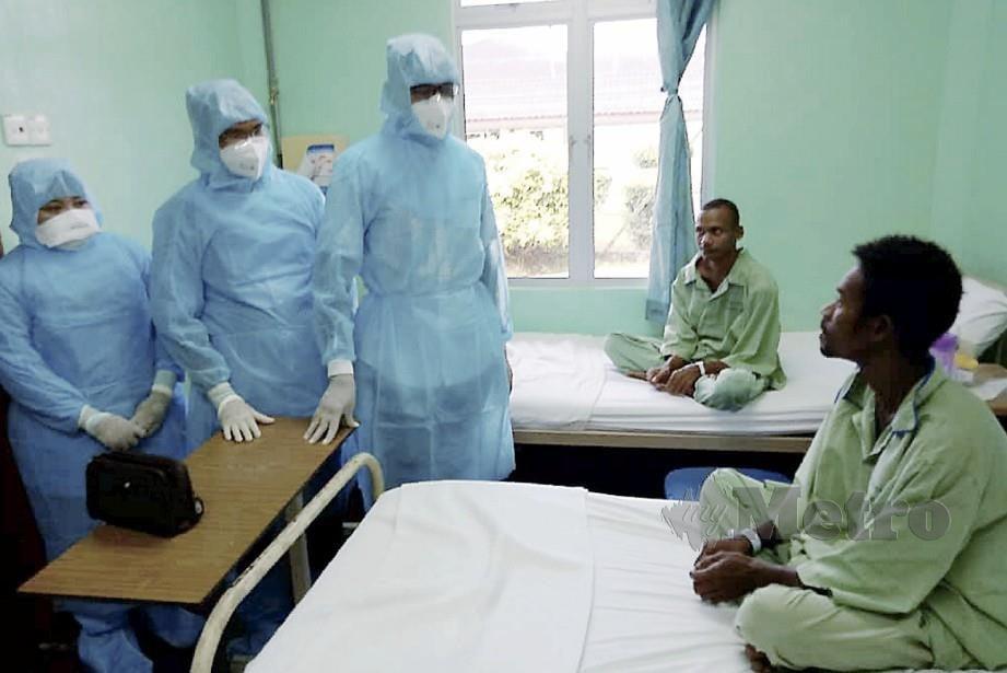 Rosol (tiga kiri) melawat Orang Asli yang masih dirawat di HTT. FOTO Baharom Bakar