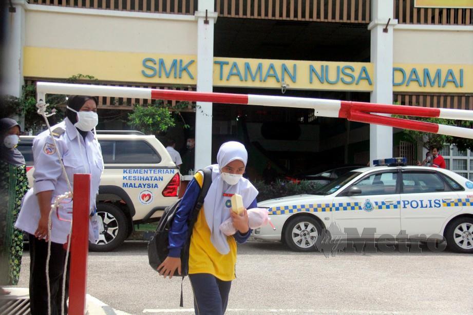 PELAJAR SMK Taman Nusa Damai dibenarkan pulang selepas beberapa pelajar mengalami sesak nafas dan mual-mual di sekolah tersebut. FOTO Bernama