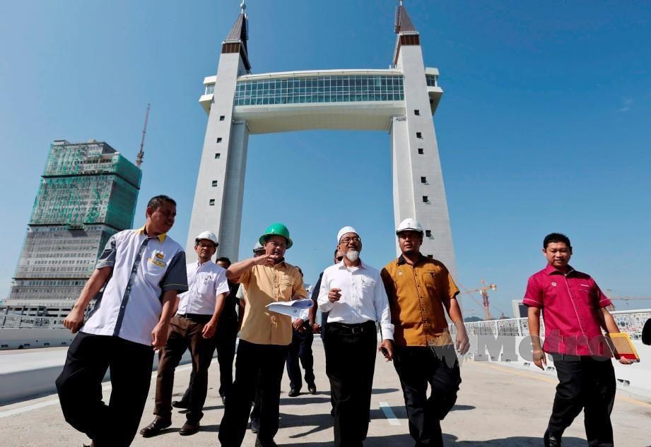Dr Mamad (tiga kiri) bersama Dr Alias (tiga kanan) ketika mengadakan lawatan di Jambatan angkat hari ini. FOTO Ghazali Kori