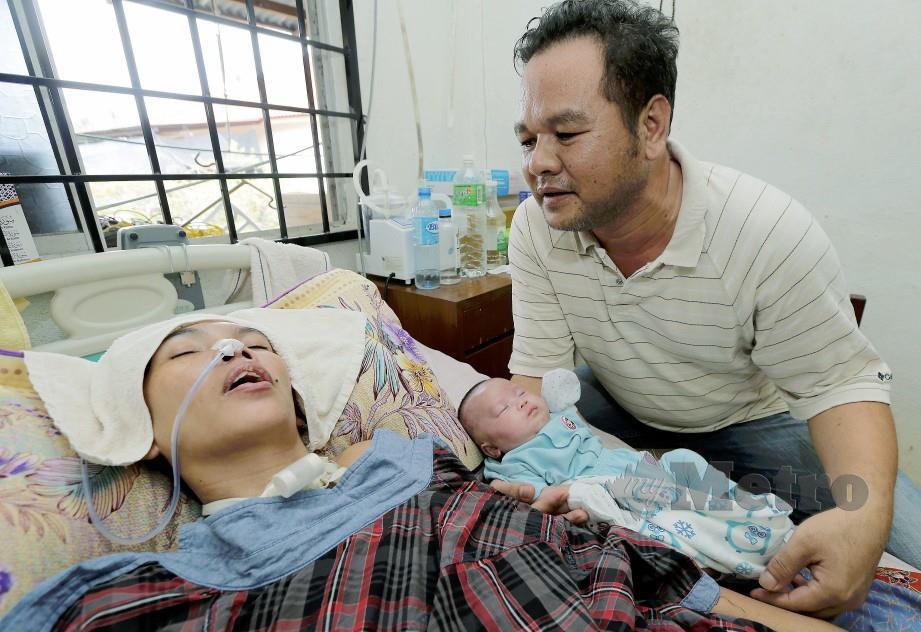 FAIROL memangku anaknya Farah Hanis di samping isteri, Kamareeah, semalam yang koma sejak tujuh bulan lalu. FOTO Syamsi Suhaimi