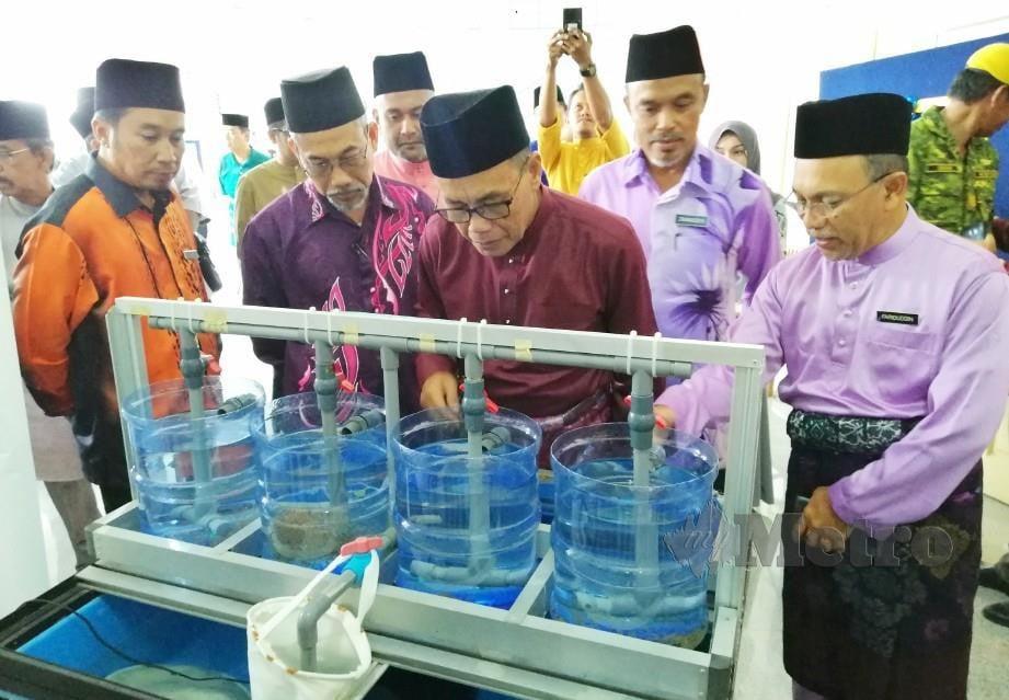 MAAROF (tengah) melawat pameran pada Hari Bertemu Pelanggan Bahagian Penyelidikan Perikanan, Jabatan Perikanan Malaysia di Fri Glami Lemi. FOTO/Abnor Hamizam