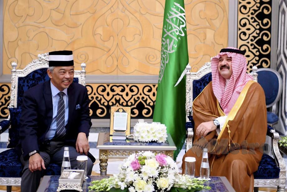 Al-Sultan Abdullah disambut Gabenor Jeddah Putera Mishaal bin Majed bin Abdulaziz (kanan) di Terminal Diraja Lapangan Terbang Antarabangsa Raja Abdulaziz semalam sebelum baginda menunaikan umrah. FOTO Bernama