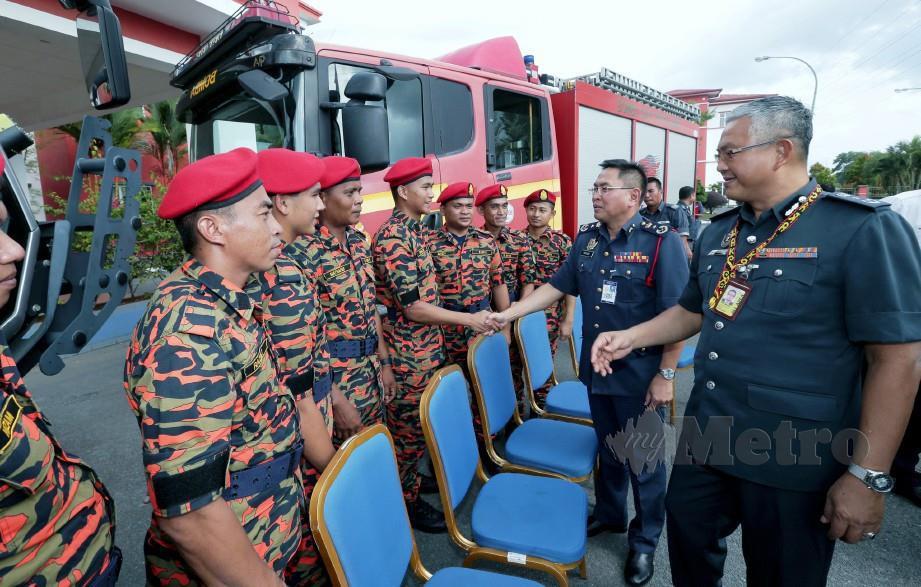 KHIRUDIN bersama Pengurus Besar Airport Fire and Rescue Services Malaysia Airport, Abdul Malik Mohd Yunus (kanan) beramah mesra bersama pegawai bomba bantuan selepas menyempurnakan Majlis Pentauliahan Pegawai Bomba Bantuan STOLPORT Lawas. FOTO Hazreen Mohamad