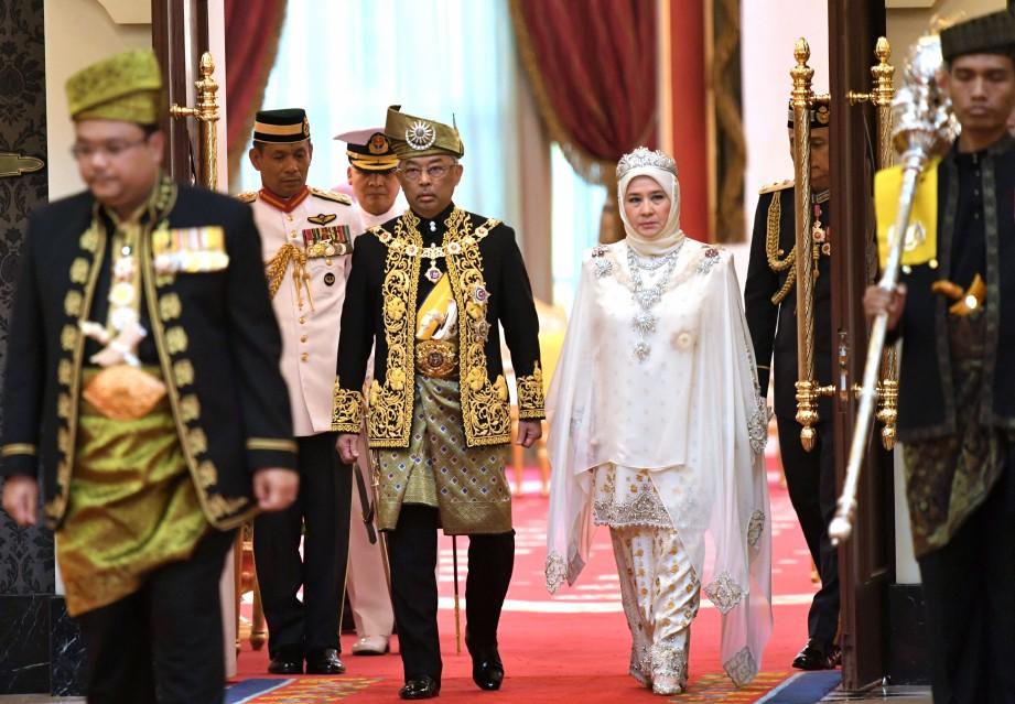 Al-Sultan Abdullah dan Tunku Hajah Azizah Aminah Maimunah Iskandariah ketika memasuki Balairung Seri untuk memulakan Istiadat Pertabalan Yang di-Pertuan Agong Ke-16. FOTO Bernama.