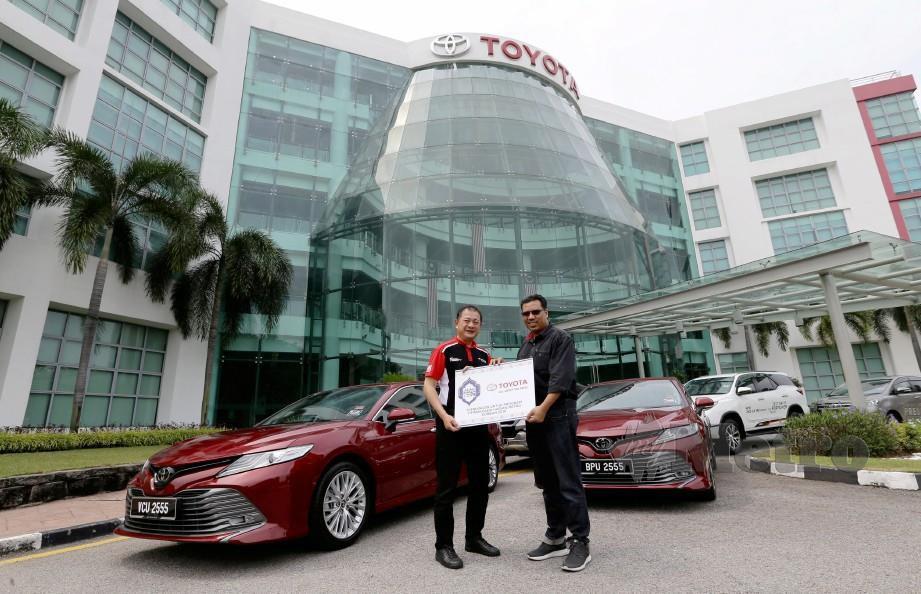 MOHD Shamsor (kiri) menyerahkan kenderaan Toyota kepada Tuan Asri sebagai tajaan untuk TKHM Korban di Narathiwat, Thailand. FOTO Roslin Mat Tahir.